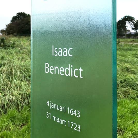 Glazen staand monument Benedict