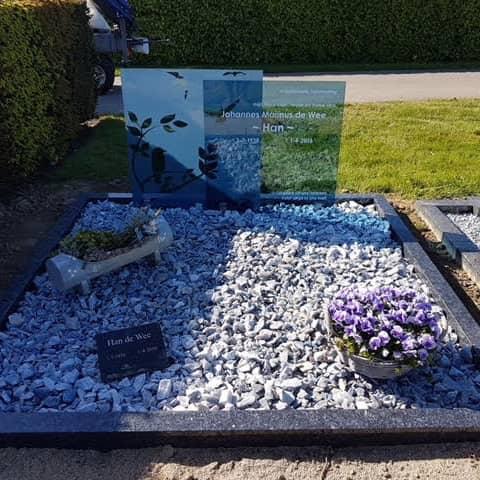 Blauw glazen monument met natuursteen