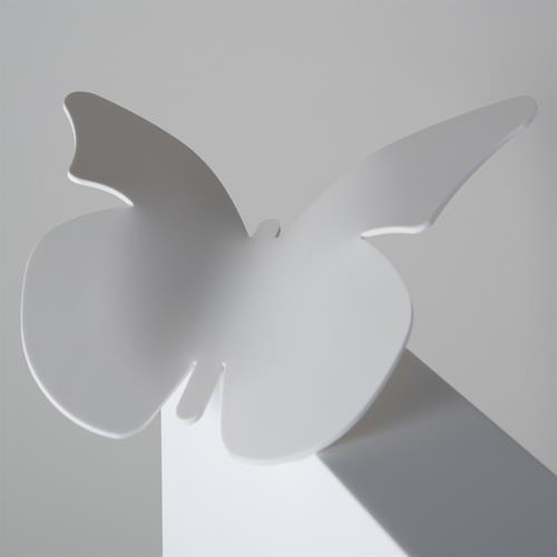 Detail van een witte gebogen vlinder in solid surface
