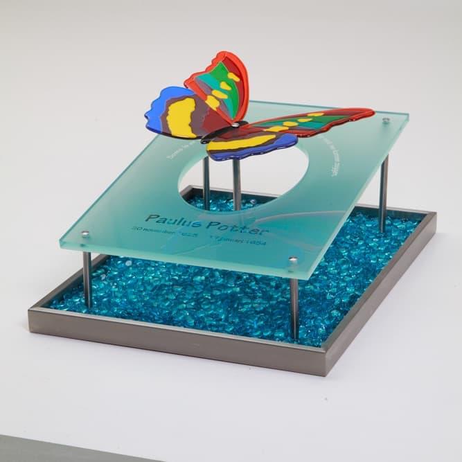Urnmonument glas met vlinder en RVS